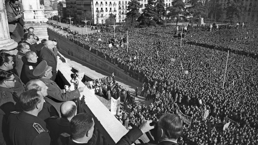 Madrid, 09/12/1946 .- Vista general de la manifestación patriótica en la Plaza de Oriente de apoyo a Franco, en contra de la decisión que quiere adoptar la ONU de retirar los embajadores acreditados en España. En la foto, Franco dirige unas palabras a los manifestantes. Efe / er