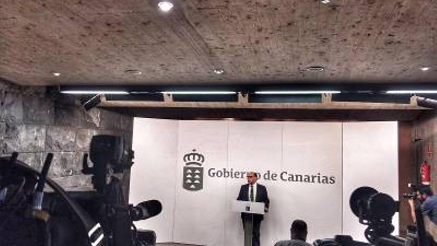 José Miguel Barragán, viceconsejero de la Presidencia del Gobierno de Canarias, informando de los proyectos y programas presentados al FDCAN.