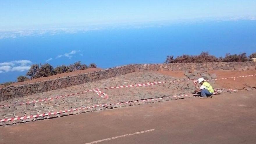 Las obras del nuevo aparcamiento y mirador en el Roque de Los Muchachos (en la imagen) consisten en el encanchado de una explanada de 350 metros cuadrados y el levantamiento de muros de mampostería.