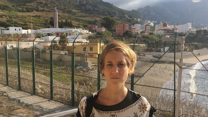 La diputada de IU Marina Albiol, en la playa de El Tarajal, en Ceuta.