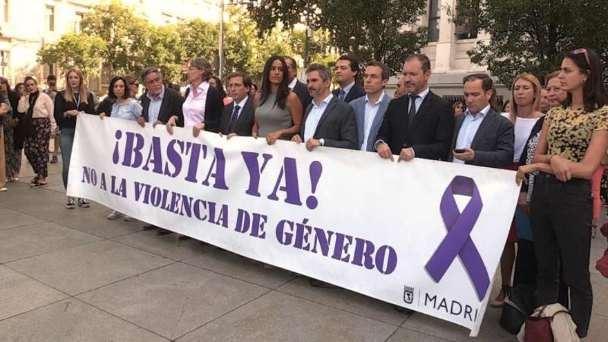 El alcalde del Ayuntamiento de Madrid, José Luis Martínez-Almeida, junto al resto de miembros del ayuntamiento, a excepción de los ediles de Vox, en un minuto de silencio.
