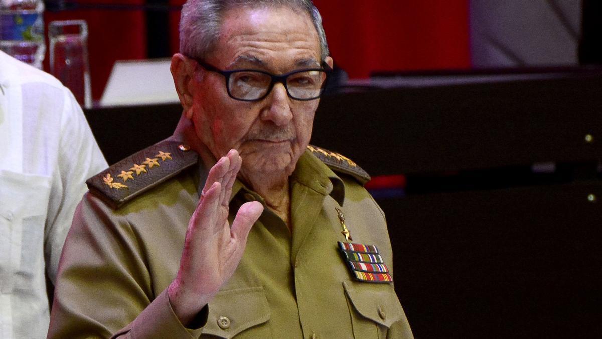 Raúl Castro saluda tras la elección de Miguel Díaz-Canel Bermúdez como secretario del Partido Comunista de Cuba.