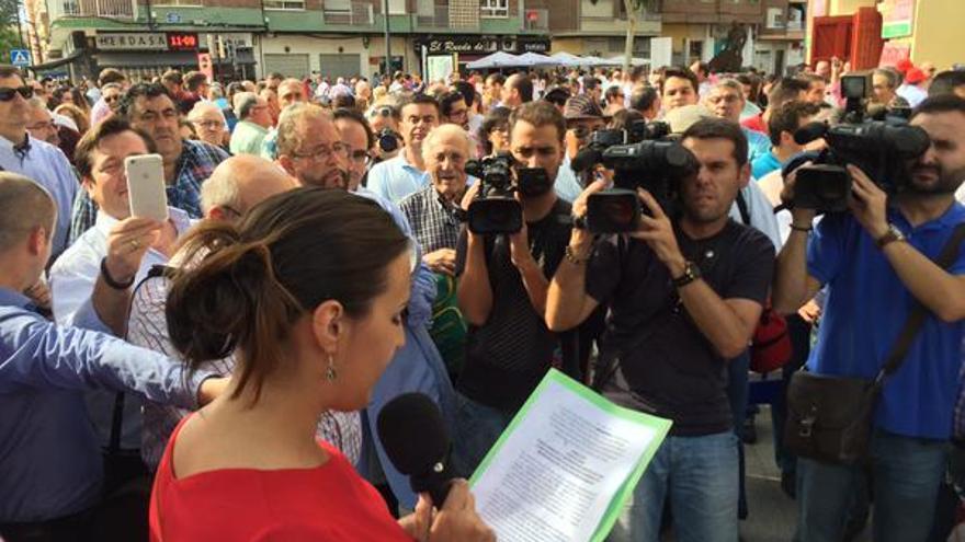 Lectura del comunicado protaurino a las puertas de la Plaza de Toros de Albacete./FOTO: Radio Albacete.