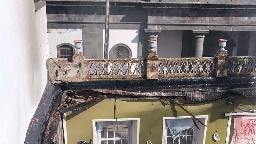 Techo del Ateneo de La Laguna cedió por el incendio.