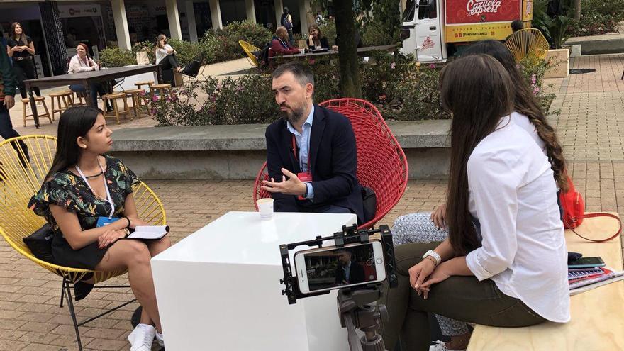 Ignacio Escolar atiende a los medios en el Festival Gabo, organizado por la Fundación Gabriel García Márquez, donde recibe el premio a la Excelencia