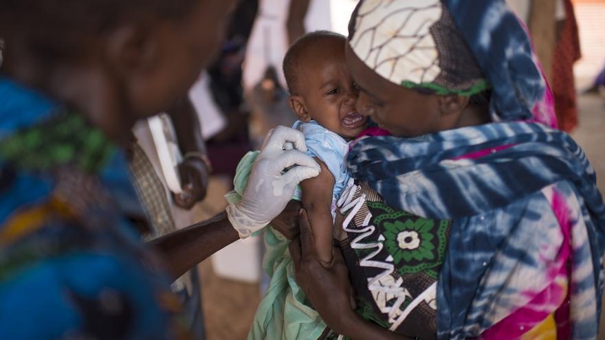 Campaña de vacunación de MSF en Maloum. El bebé recibe dos dosis de Pentavalent y la madre una sola pieza de jabón.
