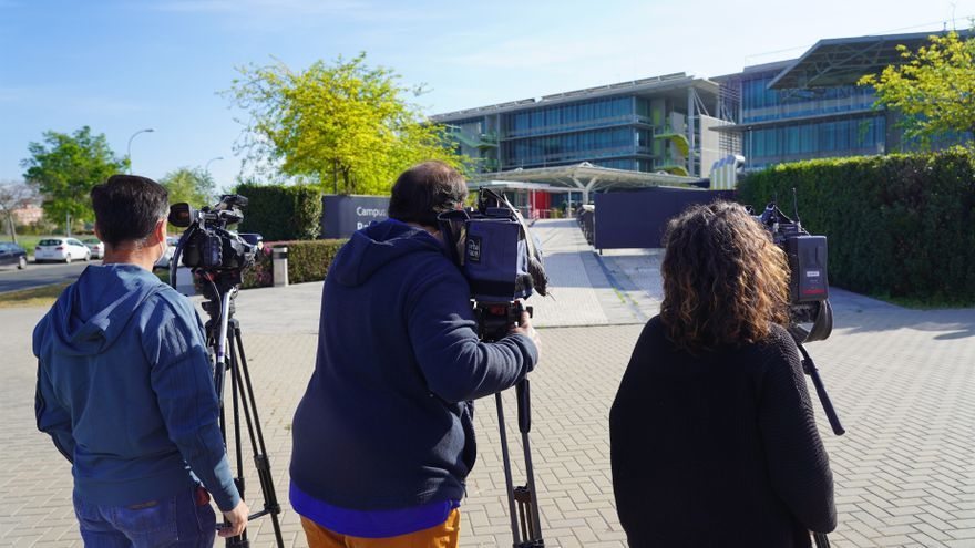 Archivo - Periodistas graban el exterior de la sede de Abengoa en Sevilla