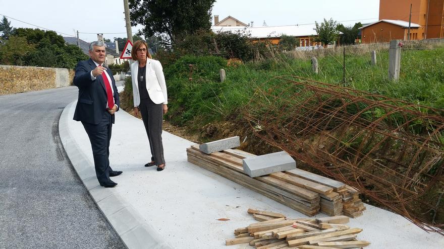 El hasta ahora alcalde de Barreiros, el popular Alfonso Fuente, con una alto cargo de la Xunta en unas obras de urbanización sufragadas con fondos públicos