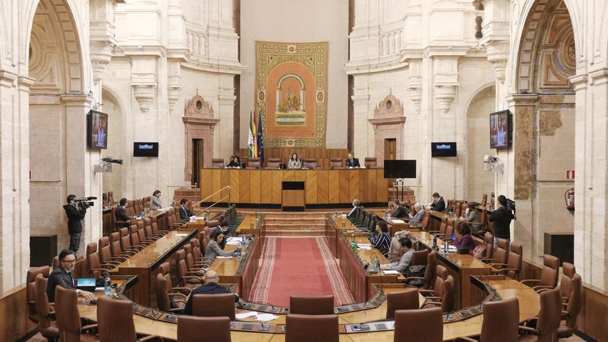 Los miembros de la Diputación Permanente se reúnen en el salón de plenos del Parlamento para convalidar cuatro decretos de la Junta andaluza.
