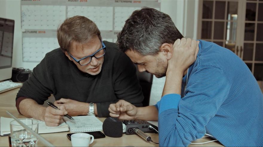 Justin Webster y Enric Bach, los periodistas autores del documental, durante su investigación. Fotograma de 'Muerte en León' (Movistar+).