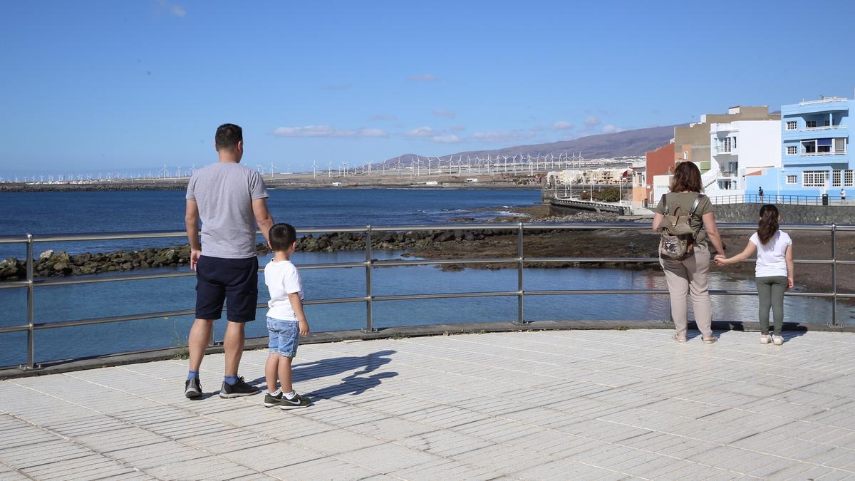 Familias con menores paseando en Arinaga. (ALEJANDRO RAMOS)