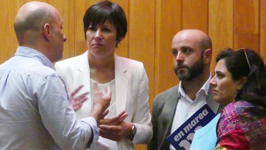 Villares, Pontón y la diputada de En Marea Flora Miranda conversan con un familiar del fallecido en el centro médico