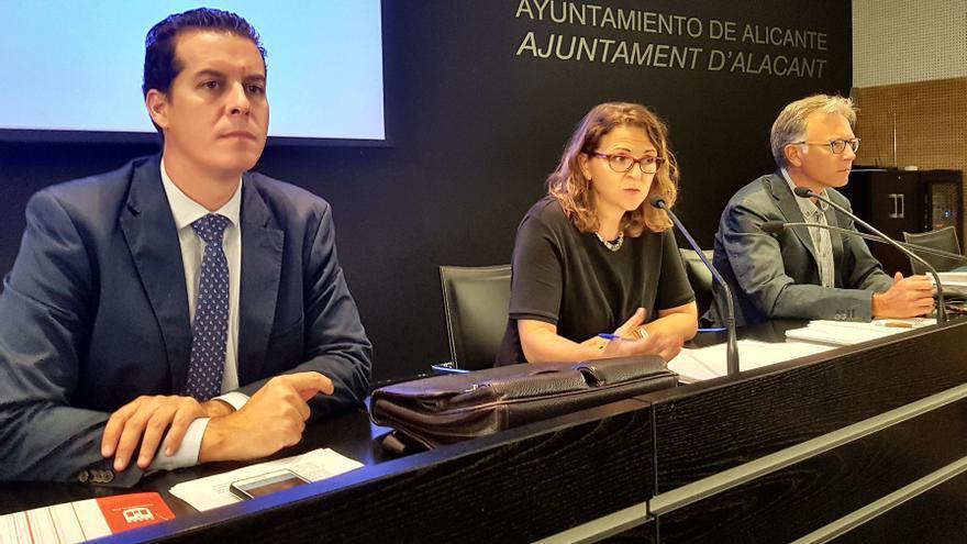 La consellera de Agricultura, Elena Cebrián, junto al presidente de la FVMP, Rubén Alfaro, en un acto en Alicante