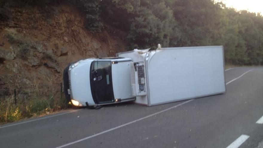 Herido leve tras volcar su camión en Iza