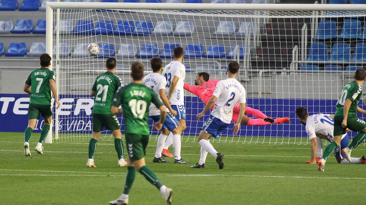 Dani no puede llegar al remate del gol de Rubén Diez