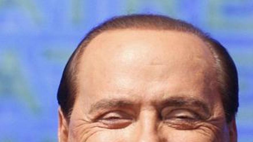 """Berlusconi dice que no hablará más de """"cotilleo"""""""