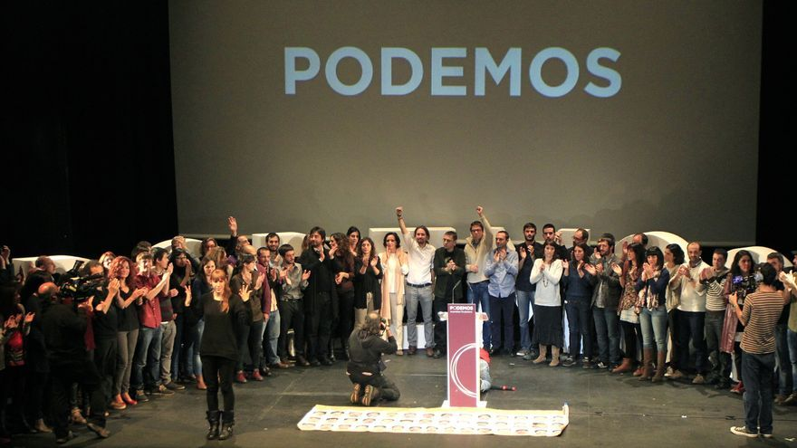 Plano general del escenario del Teatro Nuevo Apolo, donde se ha celebrado el acto de clausura de la Asamblea Ciudadana de Podemos. \ Marta Jara.