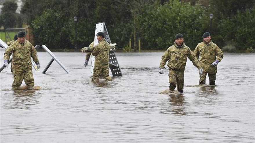 Cientos de hogares británicos evacuados y cortes eléctricos por la temporal