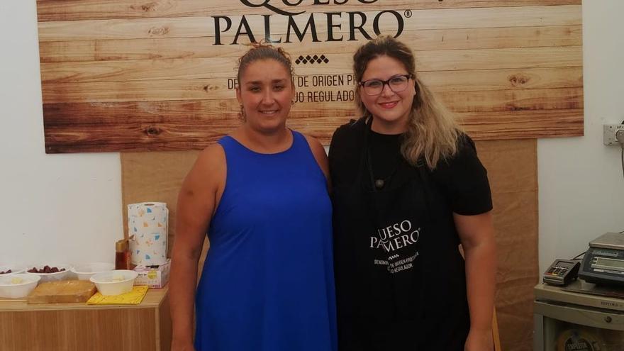 Saray Domínguez (i) apuesta por la promoción del Queso Palmero.