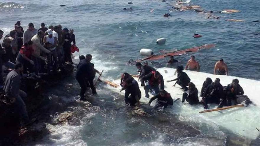 Supervivientes del naufragio de un barco ante la isla griega de Rodas, este lunes