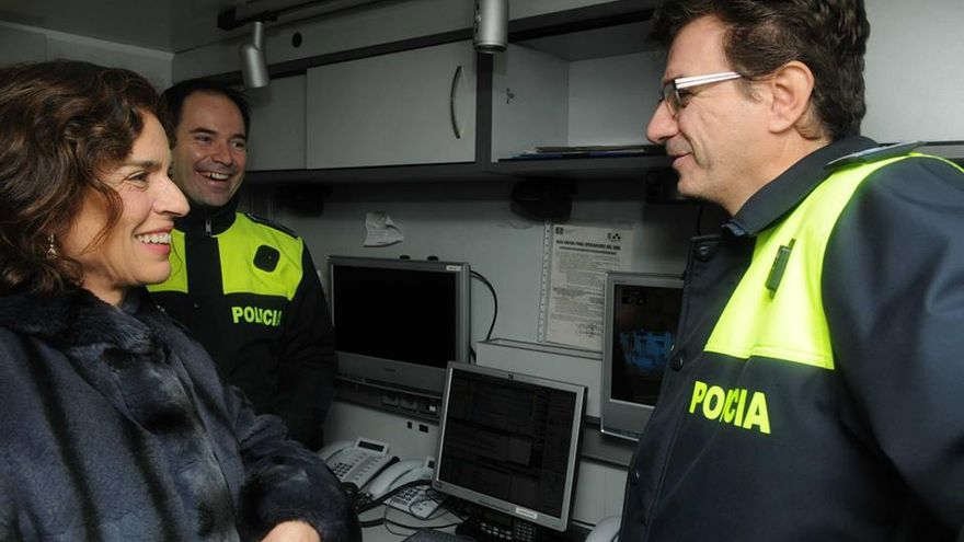 La primera edil de Madrid conversa con los policías encargados del operativo