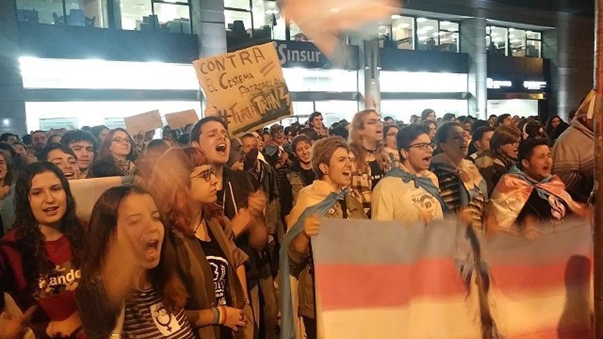 """""""HazteOir, háztelo mirar"""": decenas de jóvenes protestan en Sevilla contra un acto de la asociación ultraconservadora"""