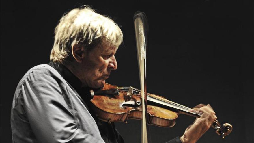 El violinista italiano Uto Ughi pone de pie a Caracas en homenaje a Abbado