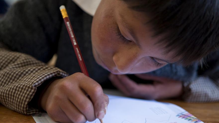 Un niño estudia en la escuela de Chacán, en Perú. Salva Campillo / AeA