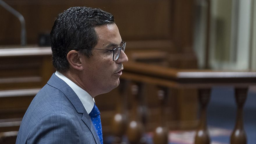 El consejero de Obras Públicas y Transportes del Gobierno de Canarias, Pablo Rodríguez, en una intervención parlamentaria. (FLICKR PARLAMENTO DE CANARIAS)