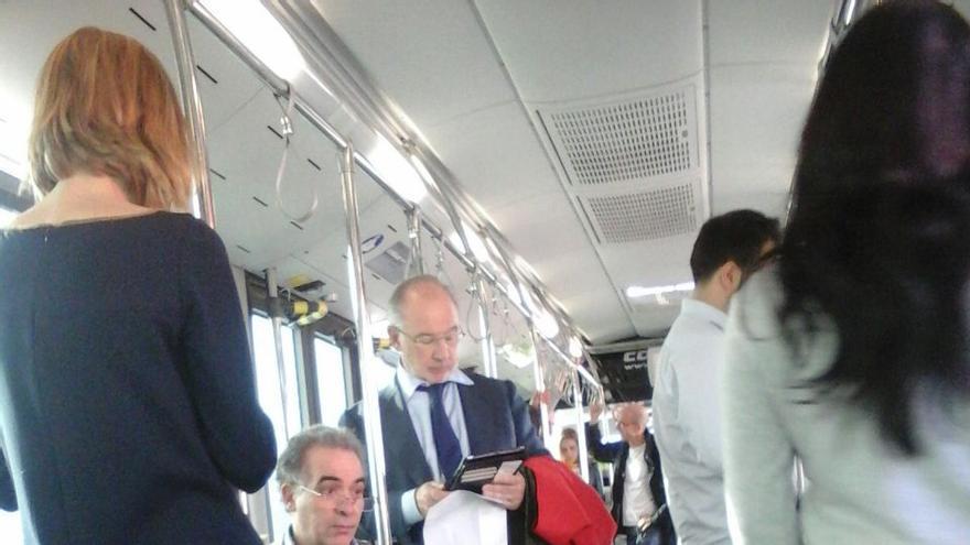 Rato, el viernes 10 de abril en el Aeropuerto de Ginebra, en el autobús que le llevaba al avión con destino Madrid. Foto: eldiario.es