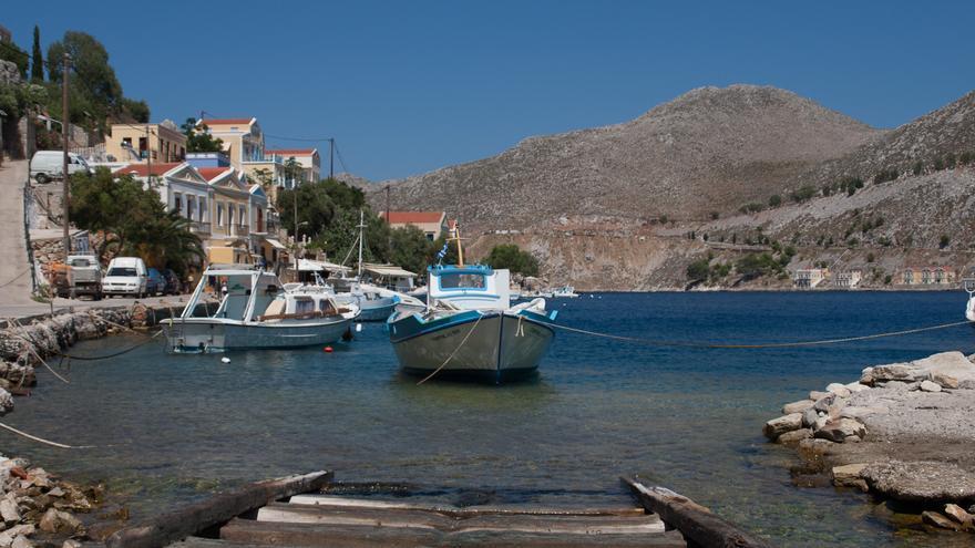 Una barca espera a pocos metros de la orilla en una de las calas de la isla de Symi. Nikolay Gromin