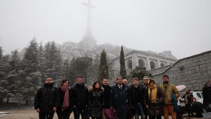 Delegación de europarlamentarios en el Valle de los Caídos.