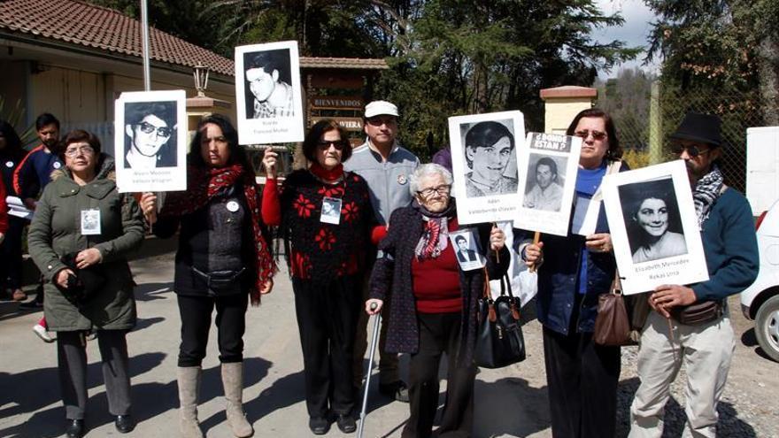 Familias de las víctimas de Pinochet entran a Colonia Dignidad para visitar una fosa