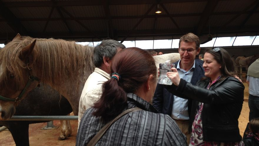 Feijóo arranca la precampaña en Santiago entre caballos y fotos de 'fans'