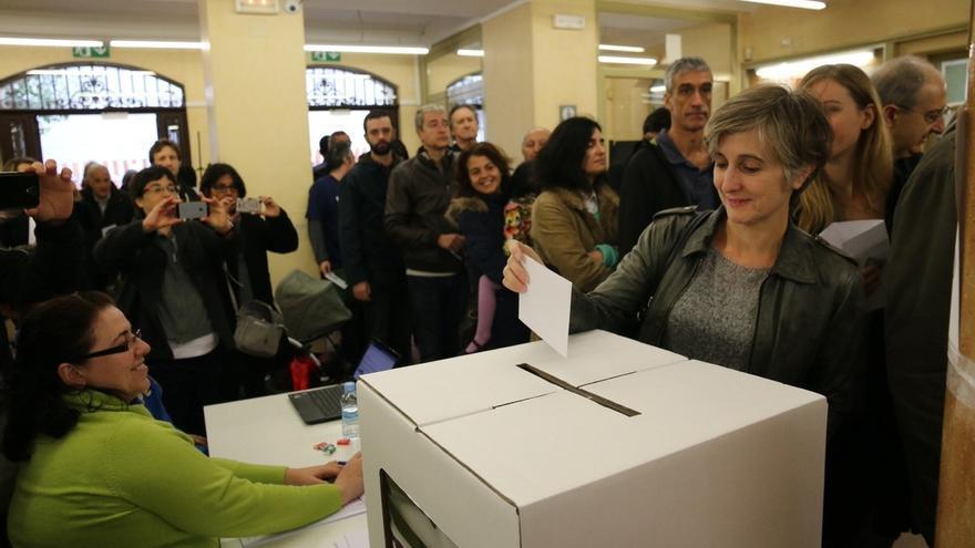 """Camats (ICV) vota 'sí-sí' y pide """"llenar los colegios de dignidad y democracia"""""""