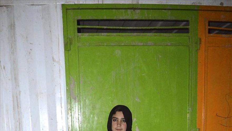 Aziza, la niña que lleva la escuela a los niños refugiados afganos