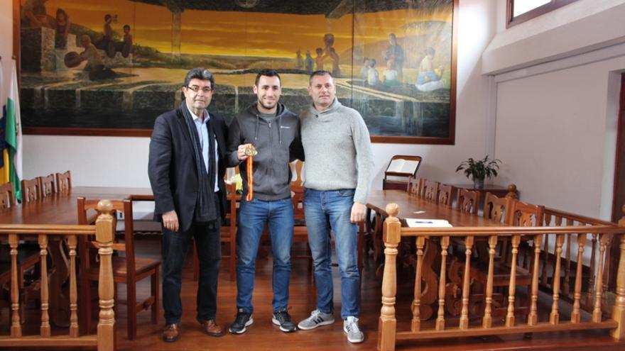El alcalde y el concejal de Deportes recibieron al atleta teguestero, quién firmó en el Libro de Honor del municipio
