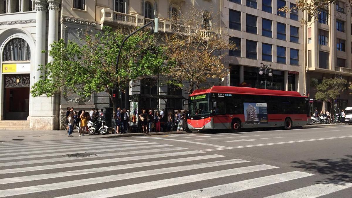 Un autobús de l'EMT de València en una parada.