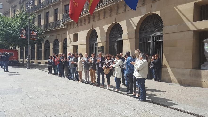 Representantes políticos se concentran en Pamplona en repulsa por el atentado en Londres