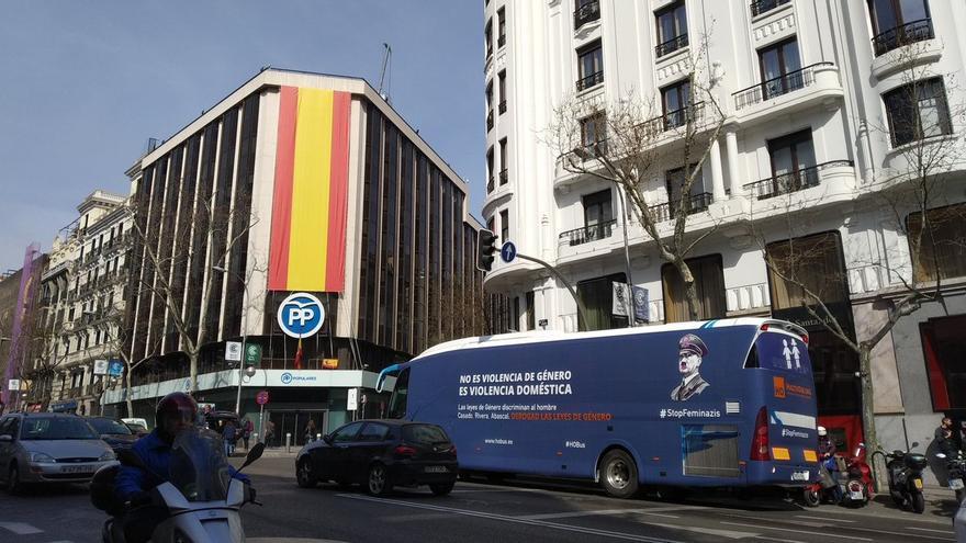 El autobús de HazteOir frente a la sede del PP en la calle Génova.