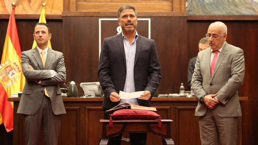 """El consejero de Podemos en el Cabildo de Gran Canaria Miguel Ángel Rodríguez promete su cargo. """"Yo me implico"""", concluye."""