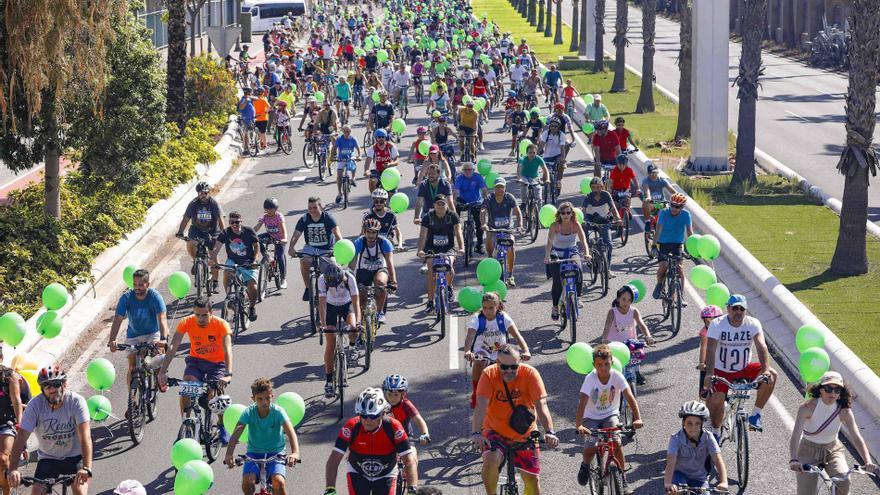 Miles de personas se dan cita en la fiesta de la Bici de Las Palmas