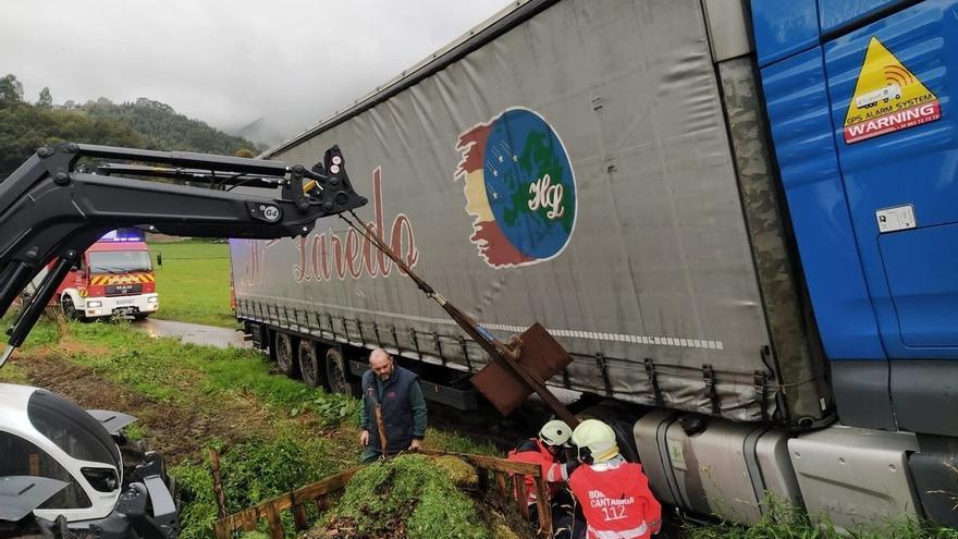 Se atasca un camión en el paso a nivel de la estación de Feve en Ampuero