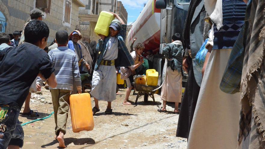 Vecinos de Jamer, en la provincia de Amran, Yemen, cogen agua de un camión inmovilizado por la falta de combustible/ Foto: Malak Shaher/MSF