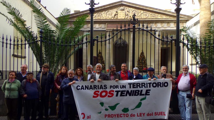 Integrantes de la Plataforma, este lunes, junto al Parlamento de Canarias
