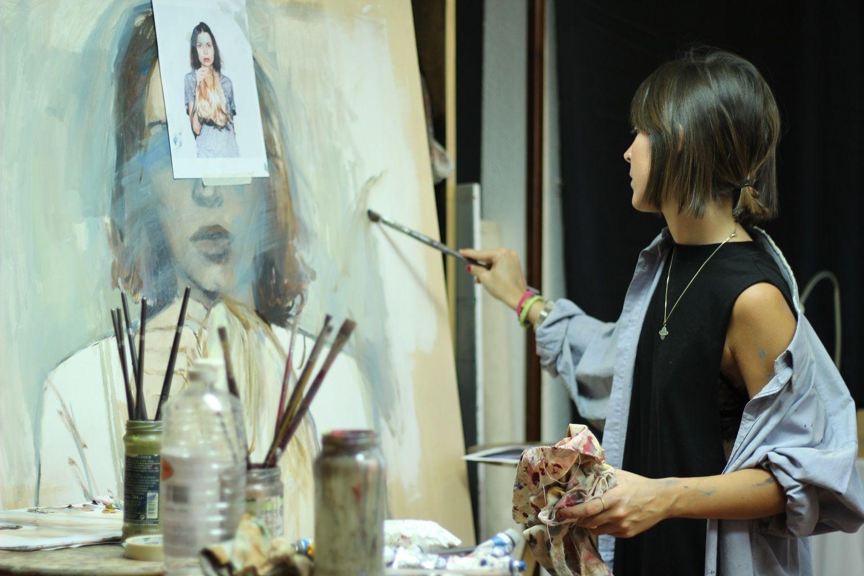 Desi Civera, pintando una de las obras | ESPOSITIVO