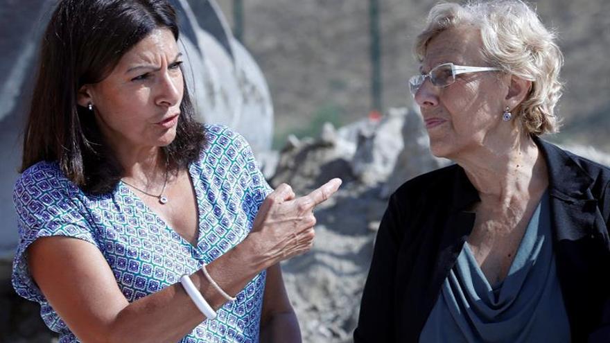 Anne Hidalgo junto a la alcaldesa de Madrid, Manuela Carmena.