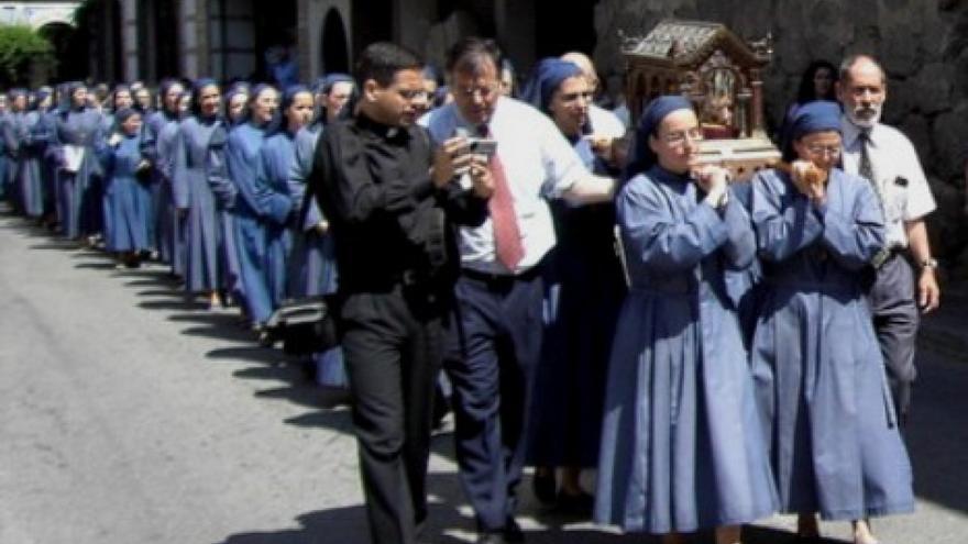 Integrantes de la Fraternidad Reparadora, en una procesión