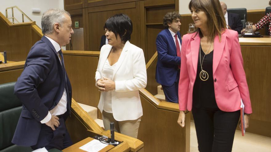 Idoia Mendia pasa delante del lehendakari mientras habla con Maddalen Iriarte, de EH Bildu