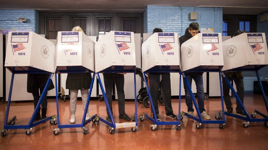 Un grupo de votantes en un centro de votación de Brooklyn.